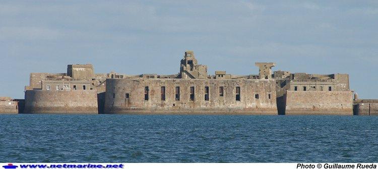 Cherbourg : Le fort central de la digue .